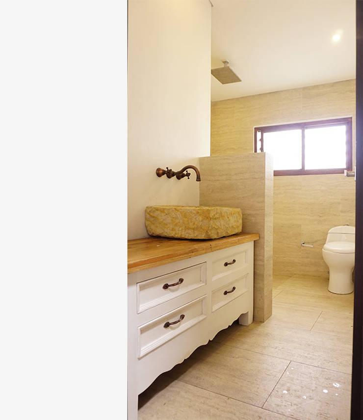 Baño : Baños de estilo  por TikTAK ARQUITECTOS