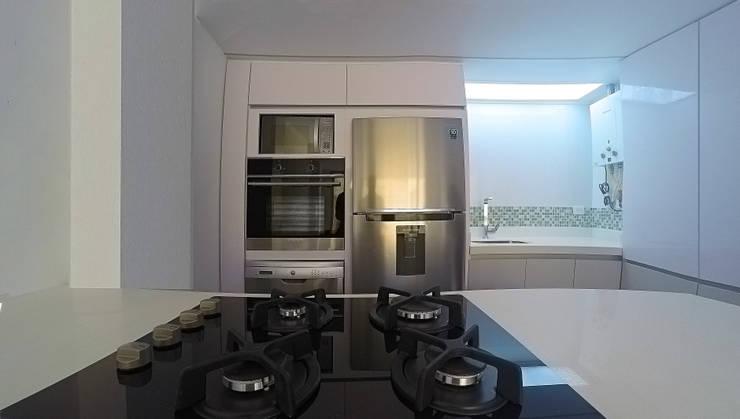 Cucina attrezzata in stile  di TikTAK ARQUITECTOS,