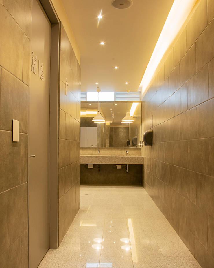 Espaces commerciaux modernes par CHAVARRO ARQUITECTURA Moderne Céramique