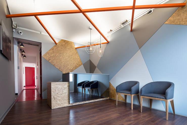 ARB recepción: Pasillos y vestíbulos de estilo  por entrearquitectosestudio, Moderno Tableros de virutas orientadas