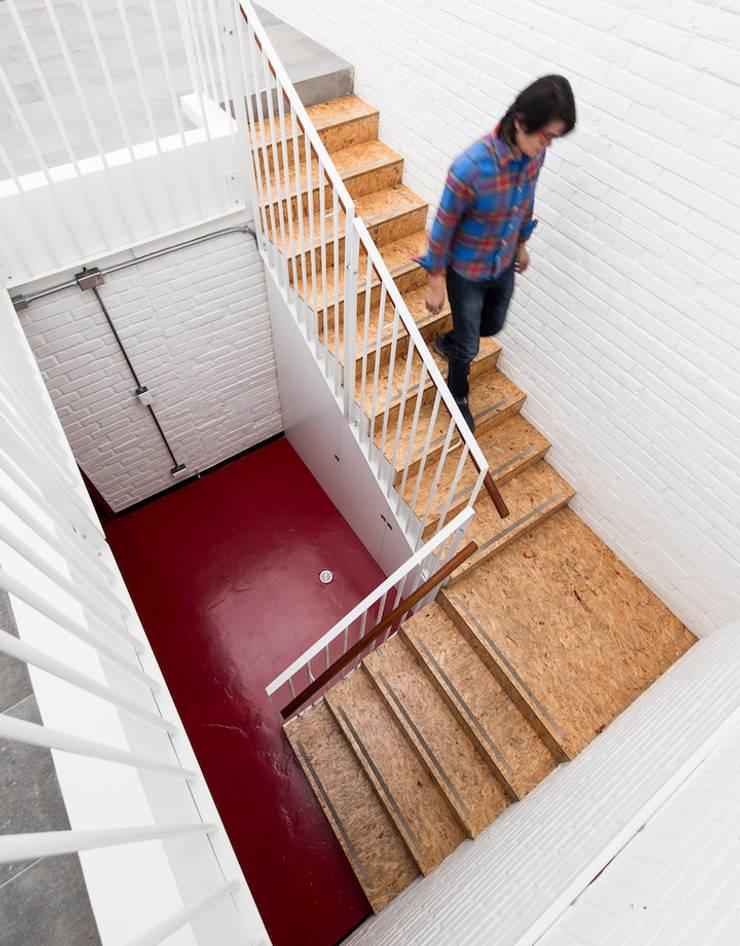 ARB escalera: Escaleras de estilo  por entrearquitectosestudio, Moderno Tableros de virutas orientadas