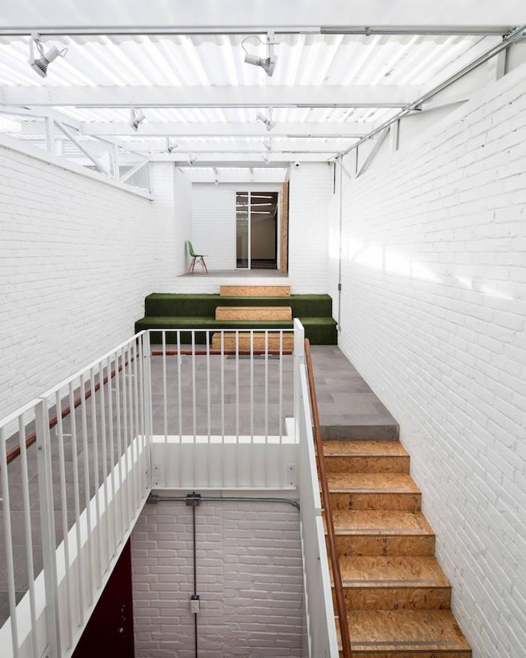 ARB conexión: Pasillos y vestíbulos de estilo  por entrearquitectosestudio, Moderno Ladrillos