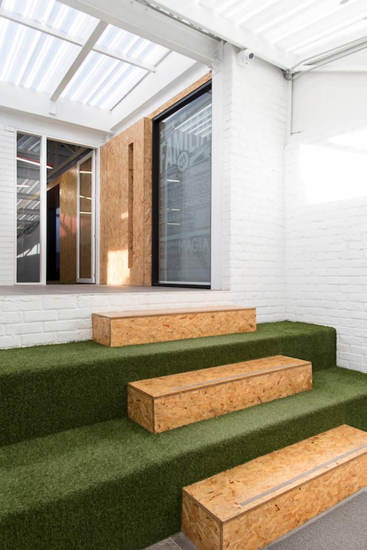 ARB hall: Escaleras de estilo  por entrearquitectosestudio, Moderno Tableros de virutas orientadas