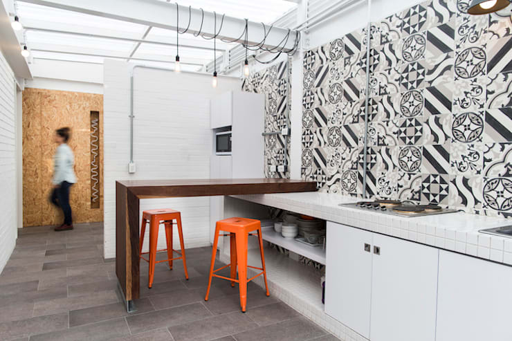 ARB cocina: Cocinas de estilo  por entrearquitectosestudio, Moderno Azulejos