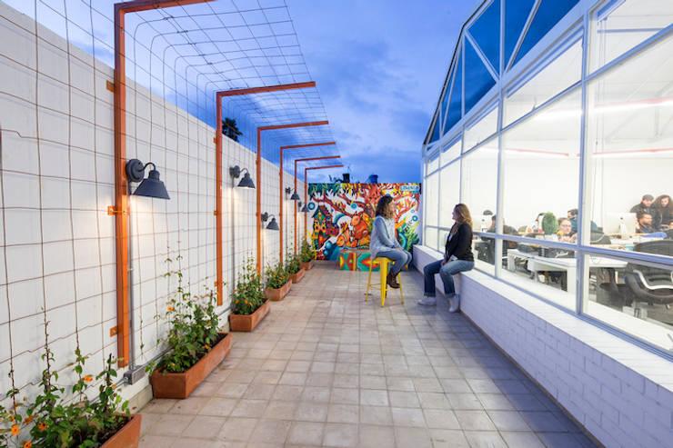 ARB terraza: Terrazas de estilo  por entrearquitectosestudio, Moderno Metal
