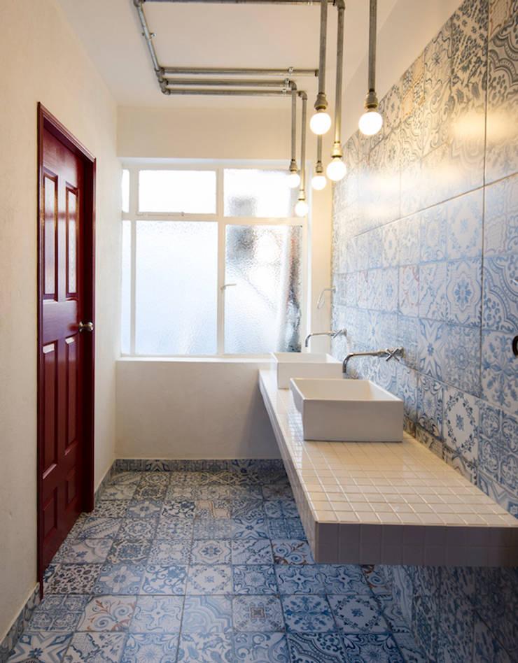 ARB baños: Baños de estilo  por entrearquitectosestudio, Moderno Azulejos