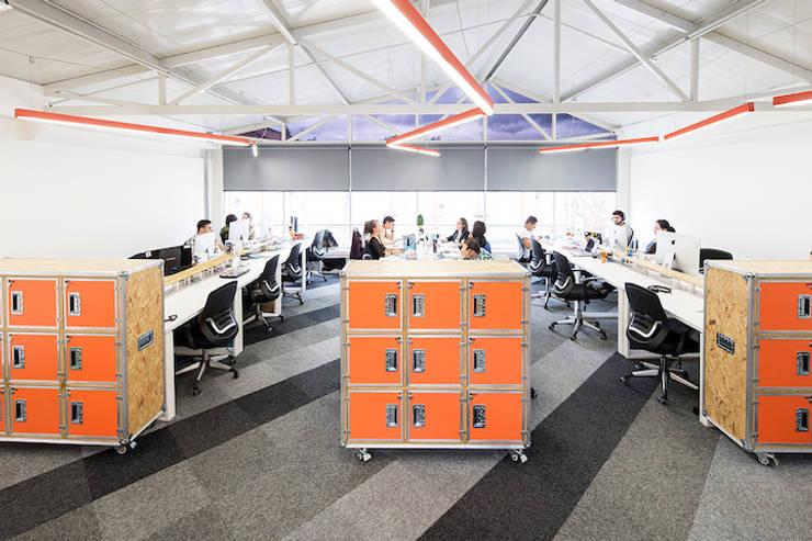 ARB espacio de trabajo: Estudios y despachos de estilo  por entrearquitectosestudio, Moderno Madera Acabado en madera