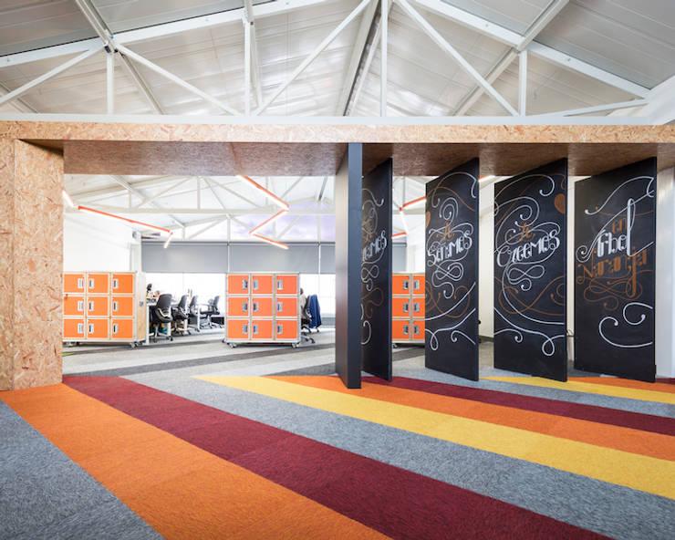 ARB espacios de transición: Estudios y despachos de estilo  por entrearquitectosestudio, Moderno Tableros de virutas orientadas