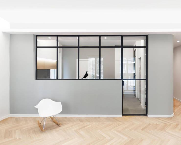 Vetrata divisoria tra soggiorno e cucina: Soggiorno in stile  di PLUS ULTRA studio,