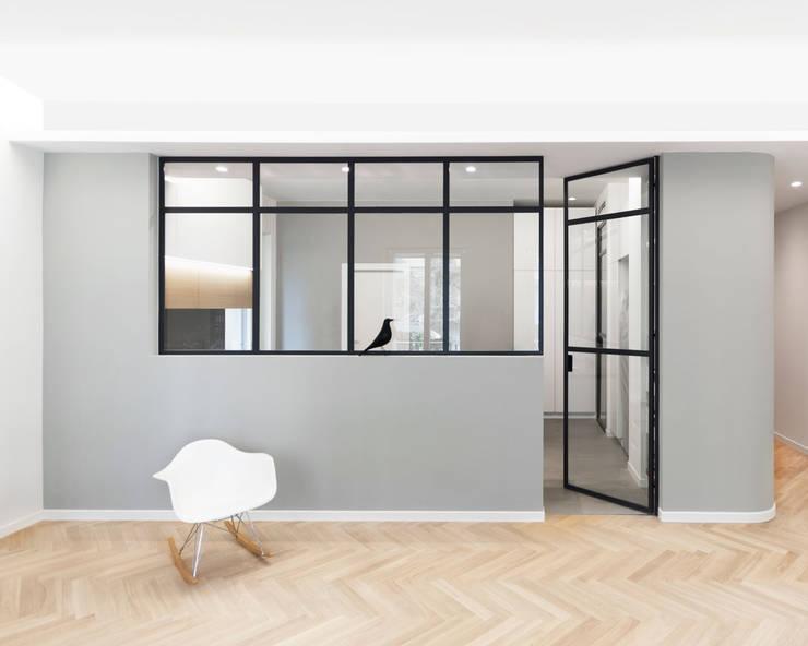 Serramento tra soggiorno e cucina con porta a vetri: Soggiorno in stile  di PLUS ULTRA studio,