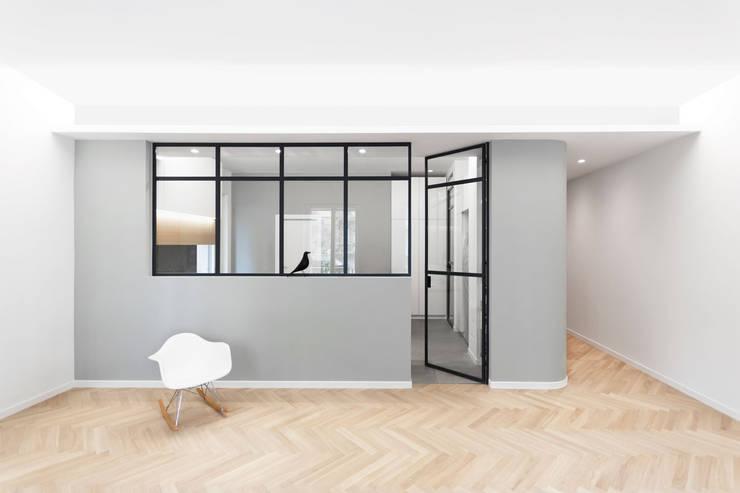 Cucina luminosa con vetrata su soggiorno: Cucina attrezzata in stile  di PLUS ULTRA studio,