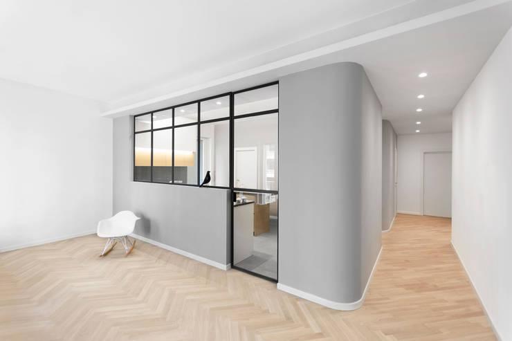 Vista della cucina dal soggiorno: Cucina attrezzata in stile  di PLUS ULTRA studio,
