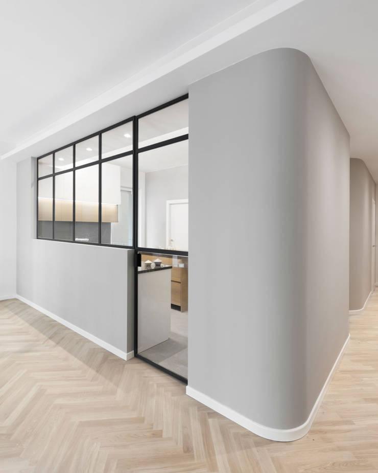 Porta a vetri tra cucina e soggiorno: Cucina attrezzata in stile  di PLUS ULTRA studio,