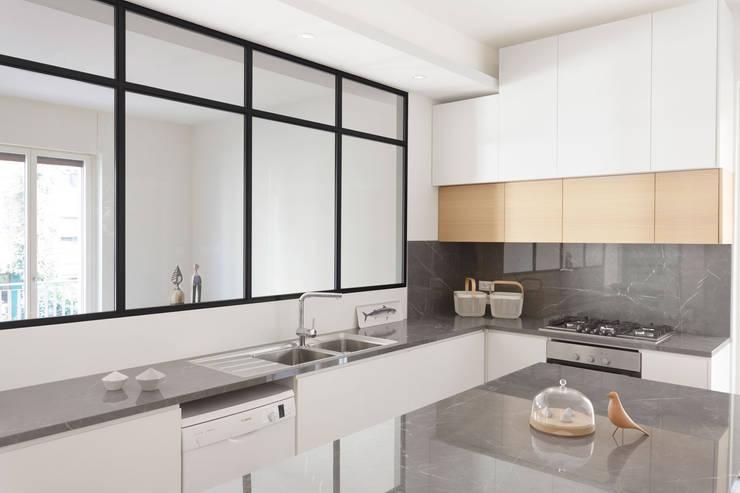 Cucina su misura con piano e backsplash in marmo: Cucina attrezzata in stile  di PLUS ULTRA studio,