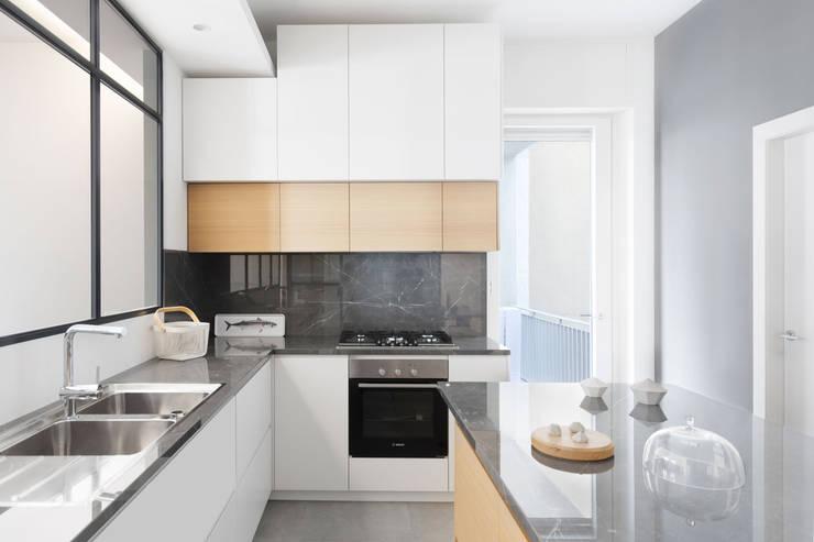 Vista della cucina verso zona cottura: Cucina attrezzata in stile  di PLUS ULTRA studio,