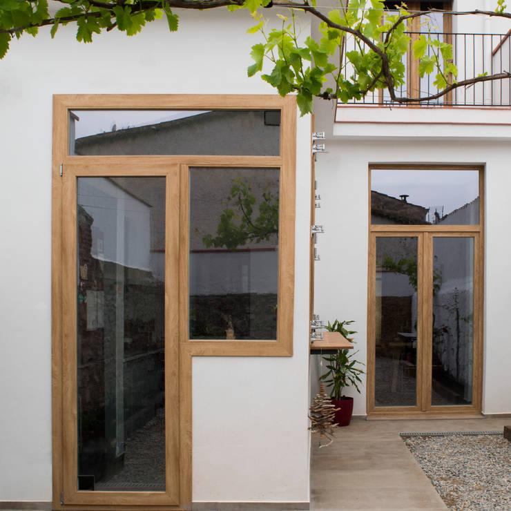 Terraza interior: Estudios y despachos de estilo  de Divers Arquitectura, especialistas en Passivhaus en Sabadell, Moderno