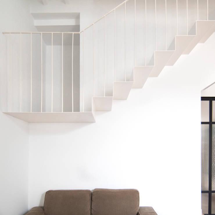 Escalera de chapa plegada: Escaleras de estilo  de Divers Arquitectura, especialistas en Passivhaus en Sabadell, Moderno Hierro/Acero