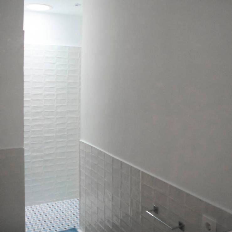 Iluminación natural en baños: Escaleras de estilo  de Divers Arquitectura, especialistas en Passivhaus en Sabadell, Moderno