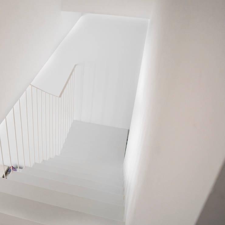 Escalera de chapa plegada, vista superior: Escaleras de estilo  de Divers Arquitectura, especialistas en Passivhaus en Sabadell, Moderno Hierro/Acero