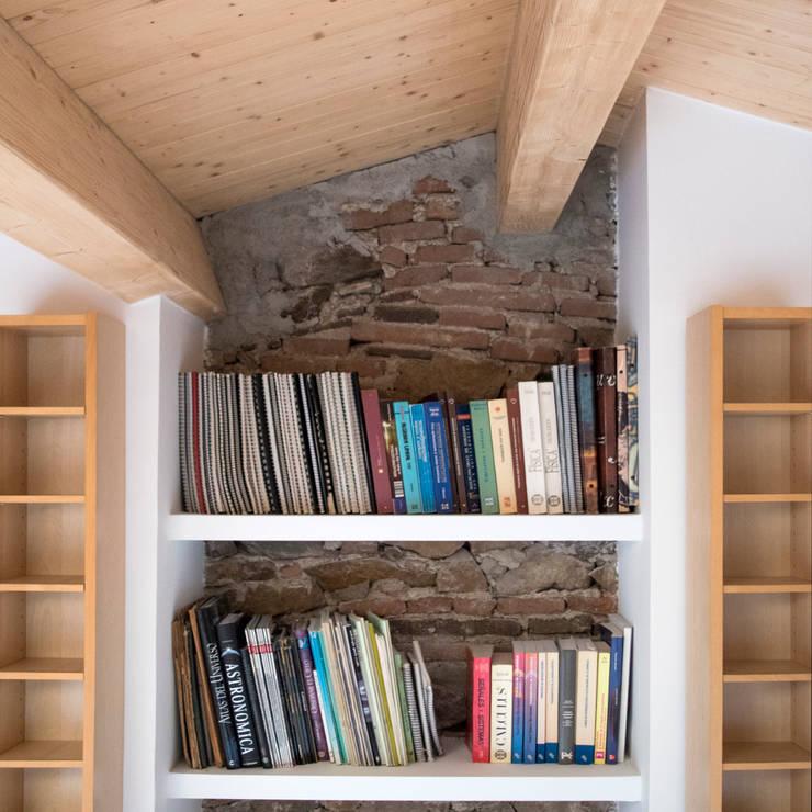 Mantener el carácter de la edificación existente: Paredes de estilo  de Divers Arquitectura, especialistas en Passivhaus en Sabadell, Moderno
