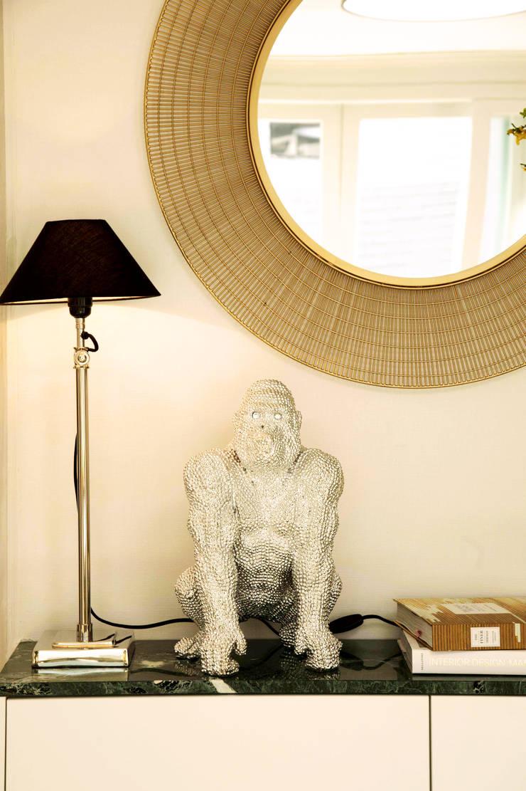붙박이장을 활용한 한남동신혼집 거실 인테리어&스타일링: 아트리어의  거실,