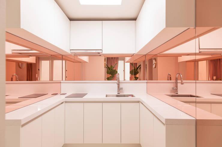 붙박이장을 활용한 한남동신혼집 거실 인테리어&스타일링: 아트리어의  주방,