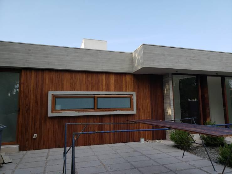 Fachada de madera: Casas de estilo  por Constructora CYB Spa