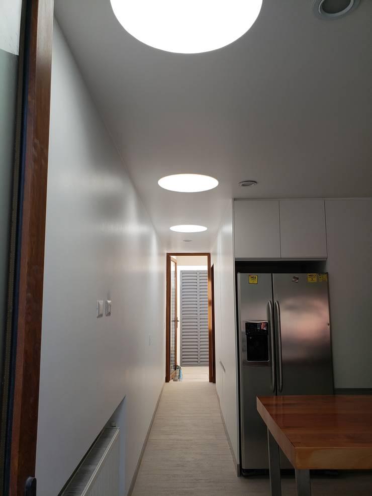 Pasillo interior: Pasillos y hall de entrada de estilo  por Constructora CYB Spa
