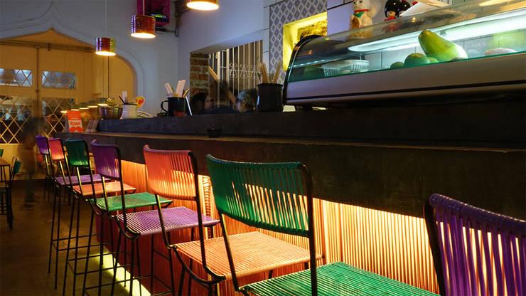 Barra de comidas: Locales gastronómicos de estilo  por TikTAK ARQUITECTOS