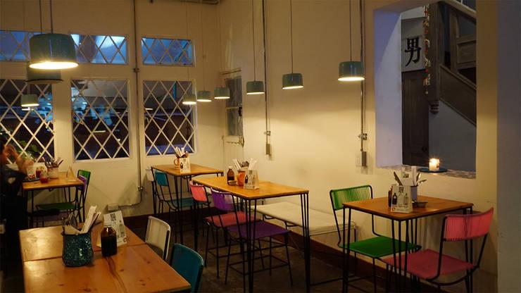 Restaurante: Locales gastronómicos de estilo  por TikTAK ARQUITECTOS