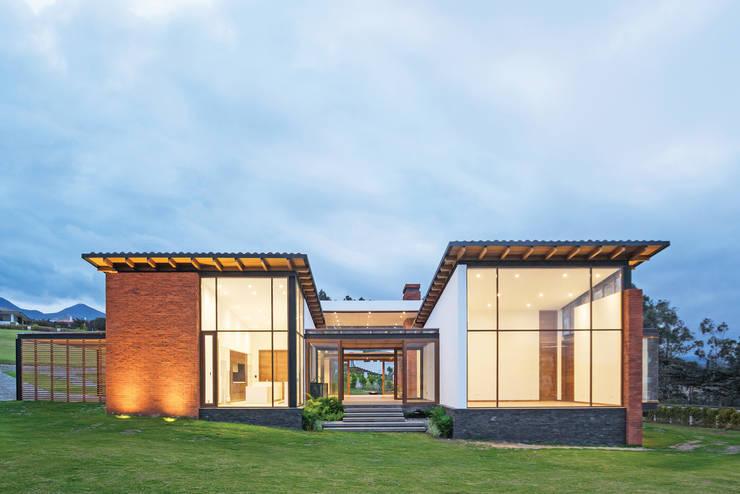 Casa AO:  Single family home by Studio Alfa, Modern