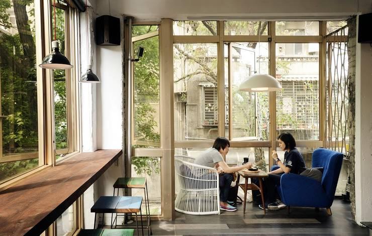 老屋翻新|AGCT 公寓商業空間:  辦公空間與店舖 by 直方設計有限公司