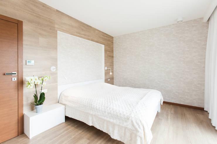 Kamar Tidur oleh in2home, Modern Kayu Buatan Transparent