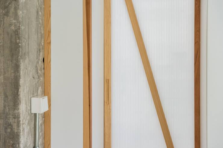 Detalle carpintería: Puertas de estilo  de Eeestudio, Minimalista