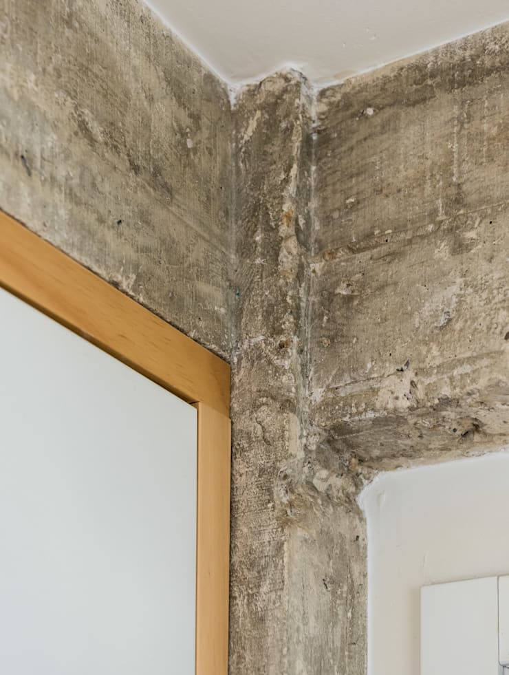 Detalle encuentro hormigón y madera: Pasillos y vestíbulos de estilo  de Eeestudio, Minimalista