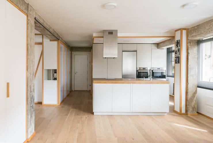 Salón-cocina abiertos: Cocinas de estilo  de Eeestudio, Minimalista
