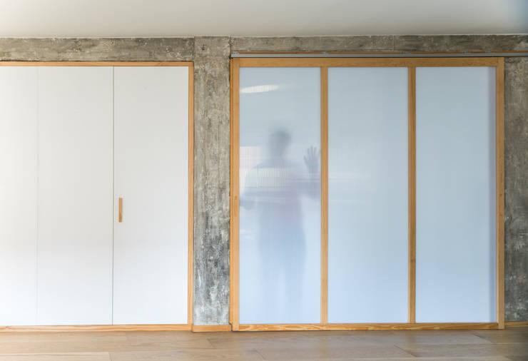 Panel corredero entre salón y sala polivalente: Puertas de estilo  de Eeestudio, Minimalista