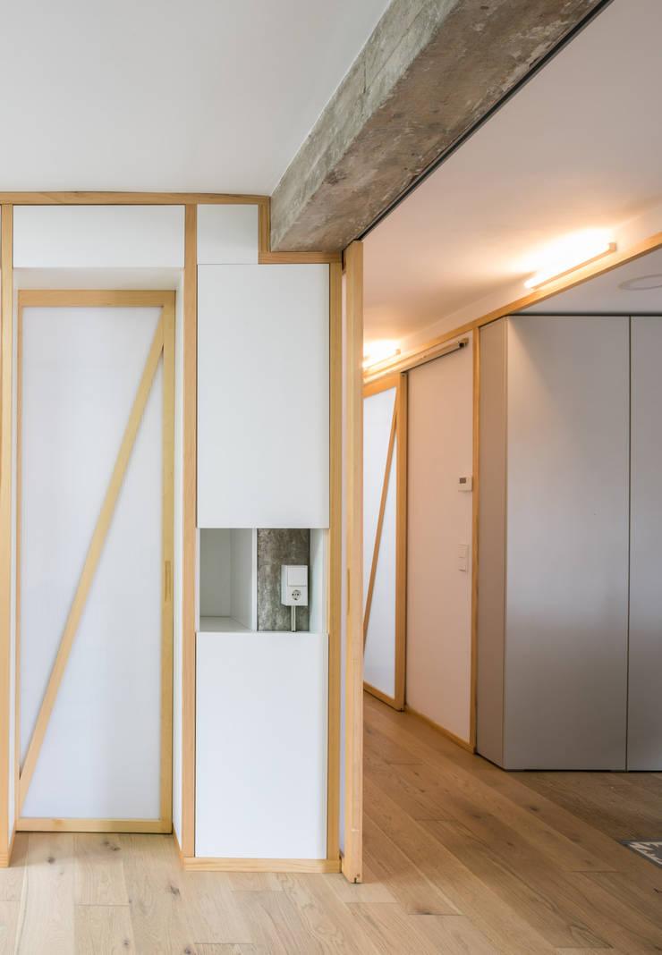 Detalle entre sala y acceso-cocina: Estudios y despachos de estilo  de Eeestudio, Minimalista