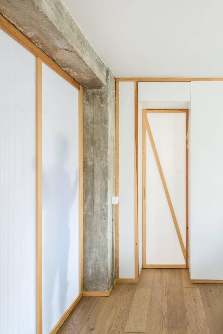Puerta hacia dormitorio: Puertas de estilo  de Eeestudio, Minimalista