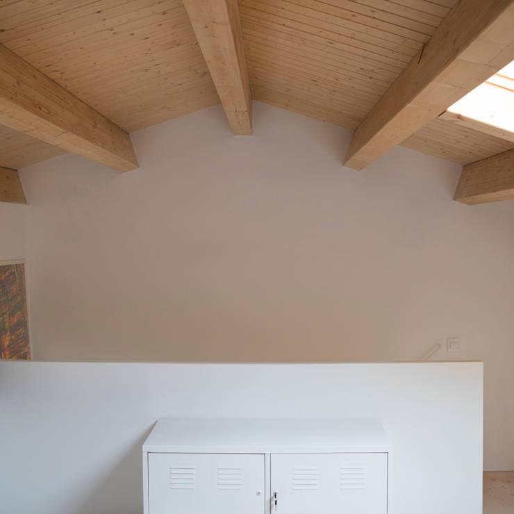 Encuentro de biguetas de madera: Estudios y despachos de estilo  de Divers Arquitectura, especialistas en Passivhaus en Sabadell, Moderno