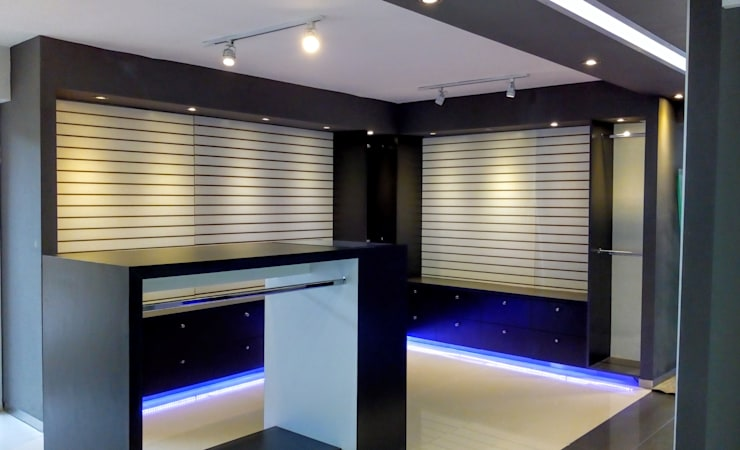 VISTA ESPACIO PARA ROPA INTERIOR Y EXTENSIONES: Espacios comerciales de estilo  por Brassea Mancilla Arquitectos
