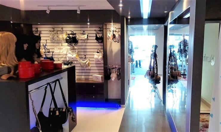 VISTA PASIILO HACIA ACCESO AMBIENTADO: Espacios comerciales de estilo  por Brassea Mancilla Arquitectos