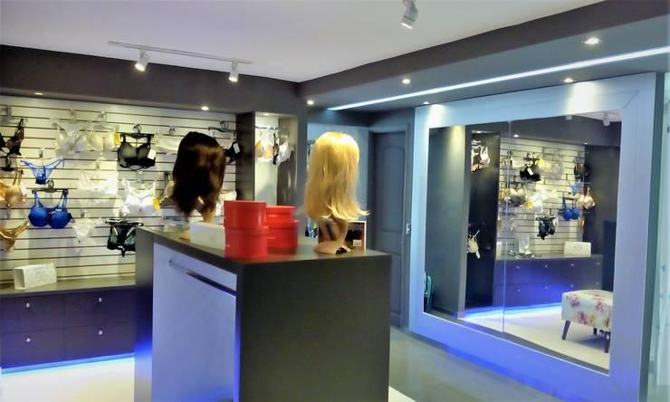 VISTA ESPACIO ROPA INTERIOR Y PELUCAS AMBIENTADO: Espacios comerciales de estilo  por Brassea Mancilla Arquitectos