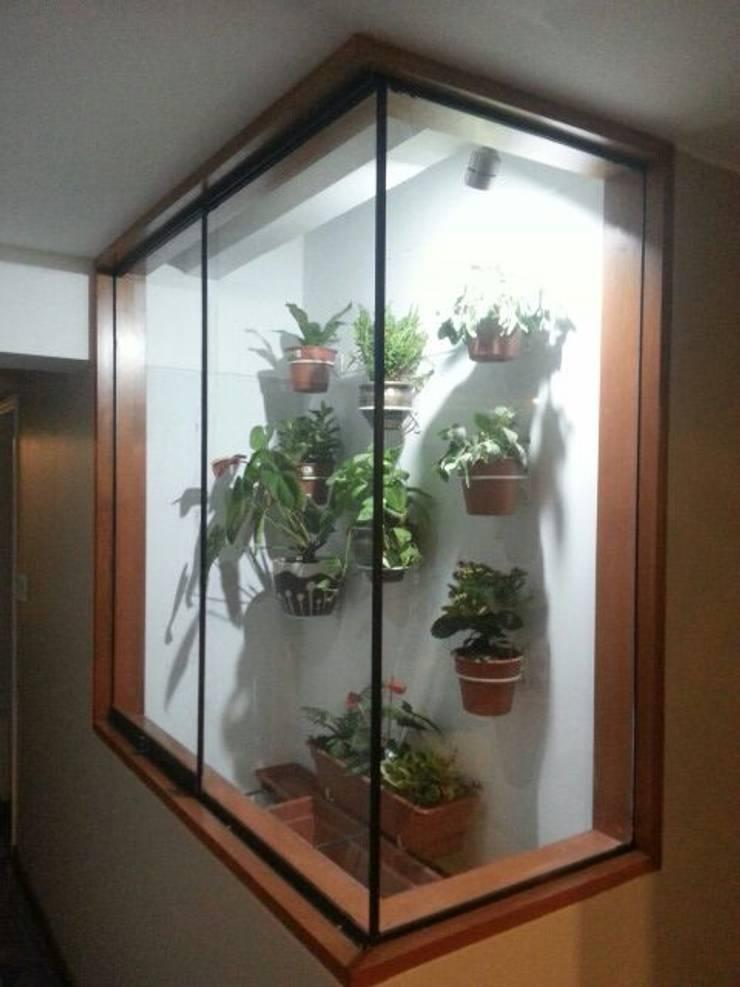 Ductos con vegetacion: Paisajismo de interiores de estilo  por Actio arquitectos,