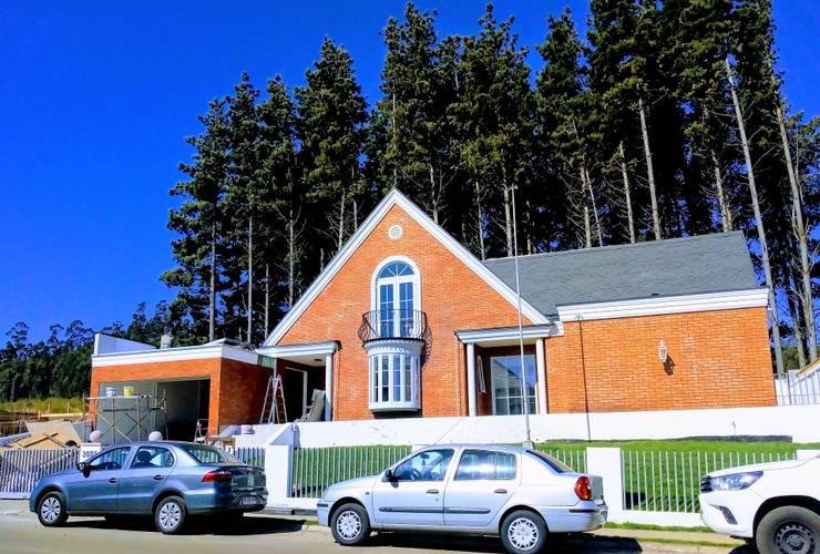 FACHADA PRINCIPAL A CALLE: Casas unifamiliares de estilo  por Brassea Mancilla Arquitectos