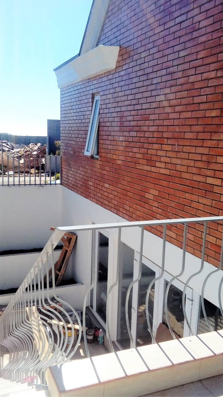 ESCALERA EXTERIOR A PATIO INGLES: Escaleras de estilo  por Brassea Mancilla Arquitectos