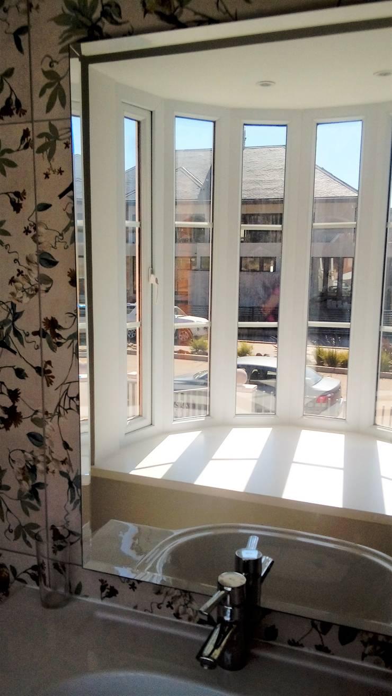 BAÑO CLASICO, CON VENTANA EN BOW WINDOW: Baños de estilo  por Brassea Mancilla Arquitectos