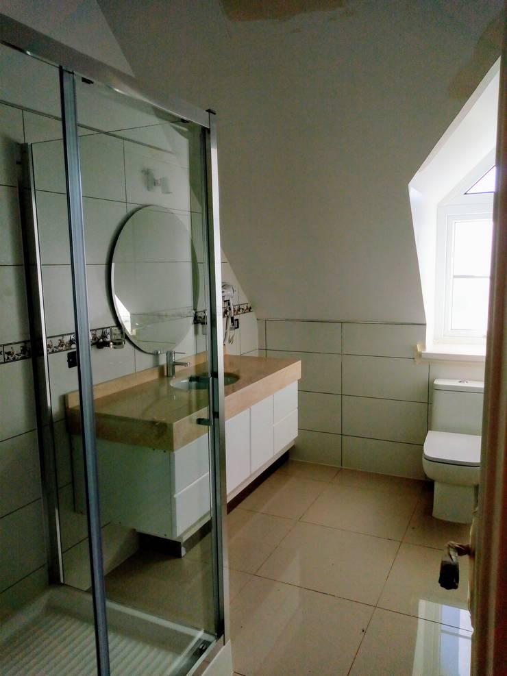 BAÑO MODERNO DORMITORIOS SEGUNDO PISO: Baños de estilo  por Brassea Mancilla Arquitectos