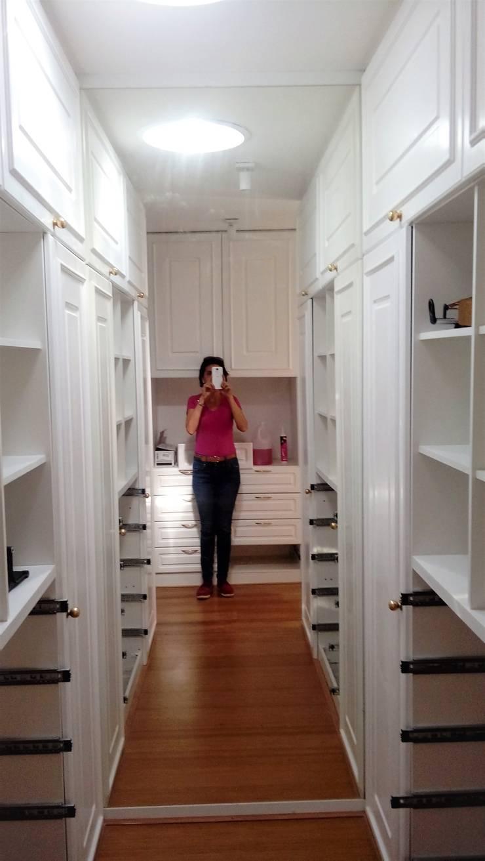 CLOSET CLÁSICO, DORMITORIO PRINCIPAL EN SUITE: Walk in closet de estilo  por Brassea Mancilla Arquitectos
