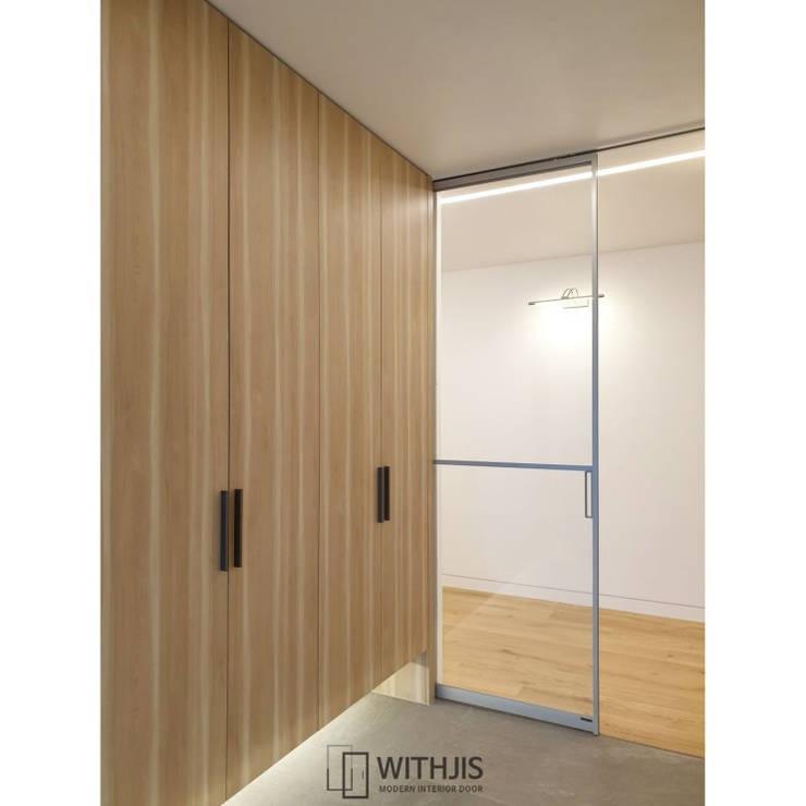 Corridor, hallway by WITHJIS(위드지스), Modern Aluminium/Zinc